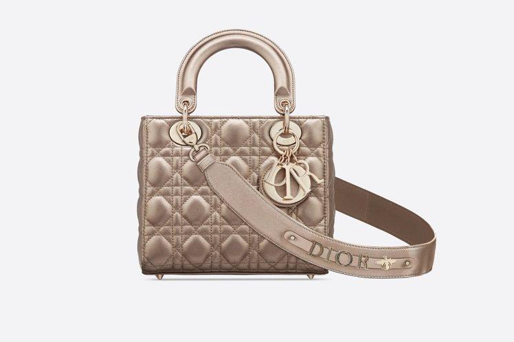 My ABCDior淡銅色籐格紋小牛皮提包搭配客製化掛飾背帶,售價13萬元。圖/...