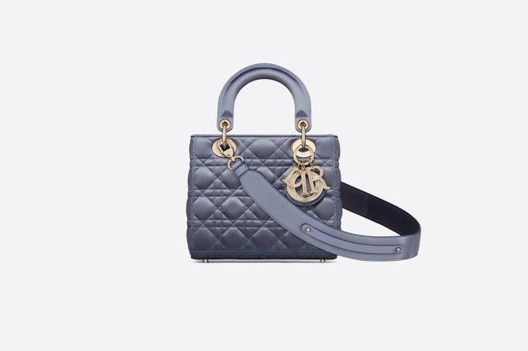 My ABCDior天藍色籐格紋羅緞提包搭配客製化掛飾背帶,售價13萬元。圖/D...