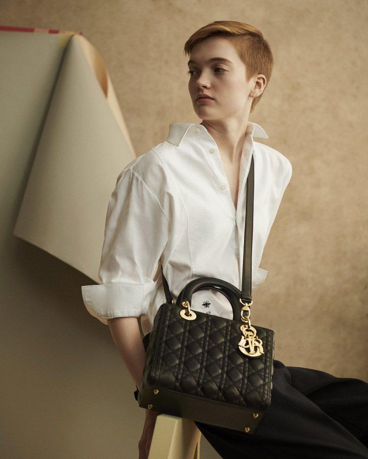 模特兒Ruth Bell演繹Lady Dior包款的帥氣自信,氣質獨具。圖/DI...