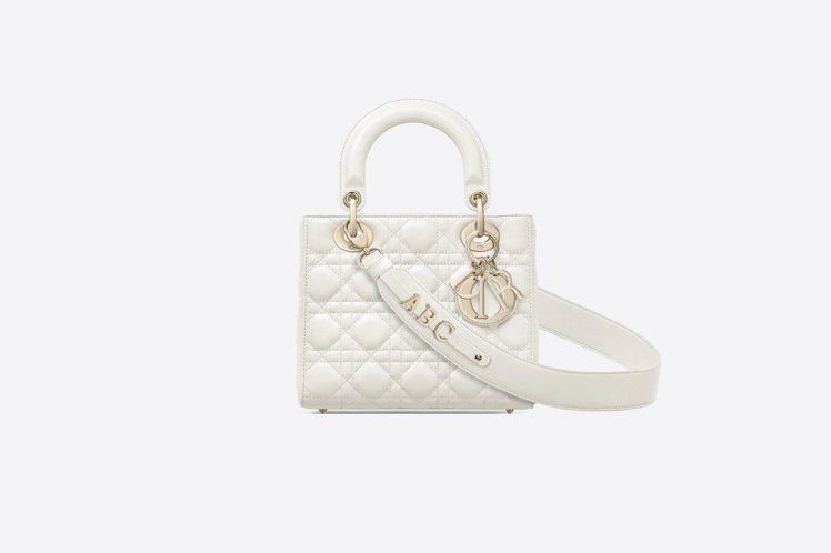 My ABCDior拿鐵白籐格紋小羊皮提包搭配客製化掛飾背帶,售價13萬元。圖/...