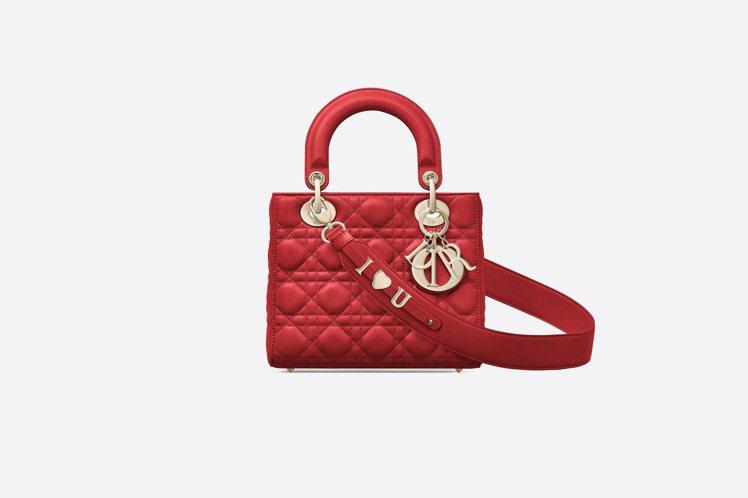 My ABCDior鮮紅色籐格紋小羊皮提包搭配客製化掛飾背帶,售價13萬元。圖/...