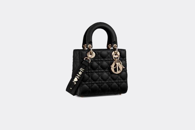 昆凌款My ABCDior黑色籐格紋小羊皮提包搭配客製化掛飾背帶,售價13萬元。...