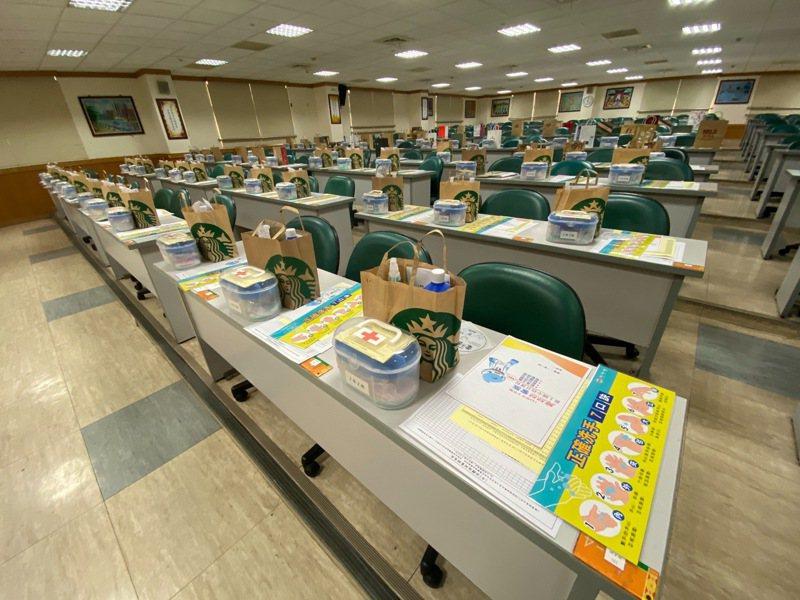新上國小為61個班級都準備了防疫包。圖/新上國小提供