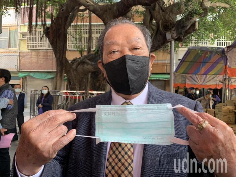 康那香董事長戴榮吉表示,手上拿的是被政府徵用的醫療用口罩,贈送的是他戴的防空汙3D口罩。記者吳淑玲/攝影