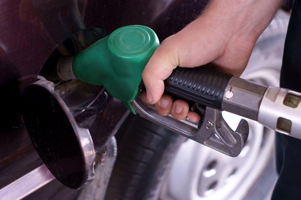 下週油價將終止連降,估下週汽、柴油各漲0.6、0.7元。示意圖/ingimage