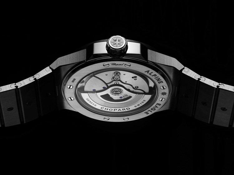 具備瑞士天文台認證的Chopard 01.01-C自動上鍊機芯,可在透明的後底蓋...