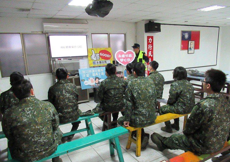 台南中華路交通大執法,永康分局三周查獲違規破兩千多件,今天到營區對官兵加強宣導。圖/員警提供
