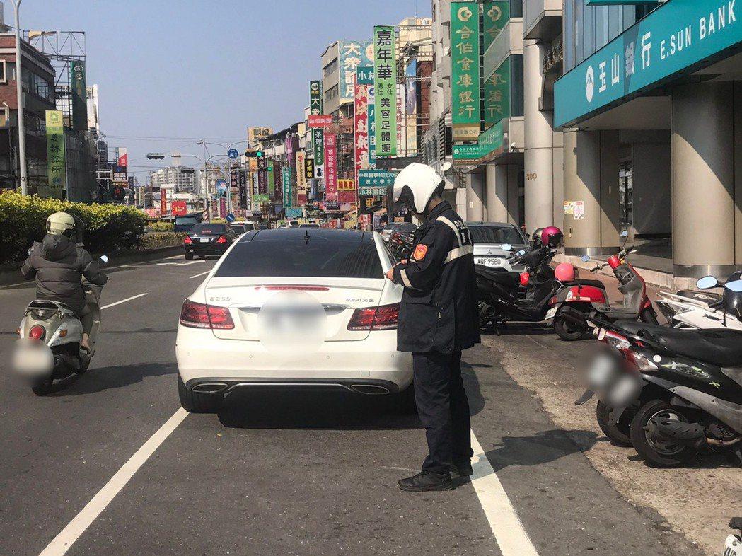 台南中華路交通大執法,永康分局三周查獲違規破兩千多件。圖/員警提供