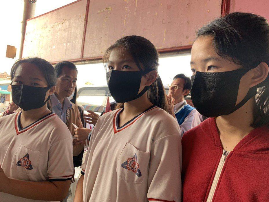 下周二就要開學,台南市長黃偉哲重申額溫37度就算發燒,是因考量額溫計有誤差,但也強調學生不必一直戴著口罩上課。圖為康那香企業今天捐贈3D立體防空汙口罩給漚汪國小。記者吳淑玲/攝影