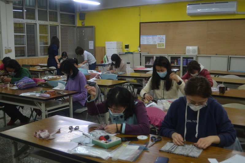 台南社大開體驗課程,教作口罩套。記者鄭惠仁/攝影