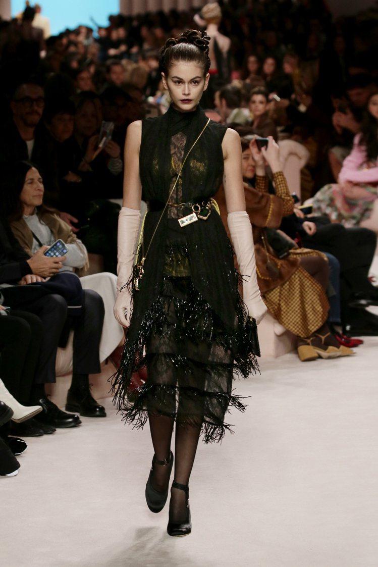 凱亞葛柏壓軸走秀,展現FENDI刺繡的精湛工藝與各式迷你包款的搭配。圖/FEND...
