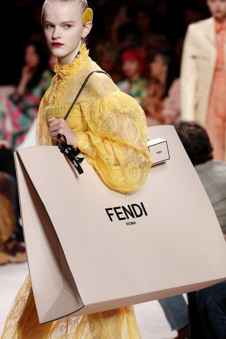 秋冬季的手袋在尺寸大小的極端化之下,有著新穎的款式。圖/FENDI提供