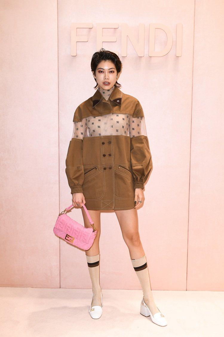 森星以網紗雙排釦棕色外套出席FENDI秋冬女裝秀。圖/FENDI提供