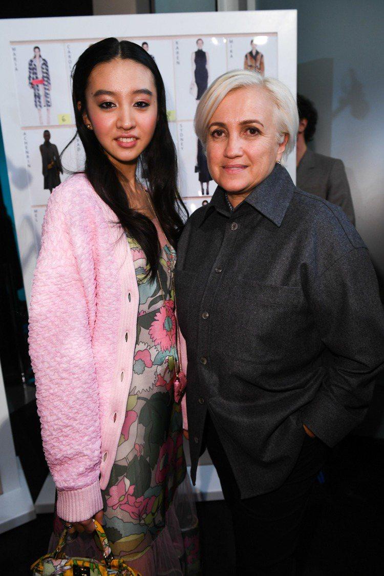 木村光希和創意總監Silvia Venturini Fendi在秀上合影。圖/F...