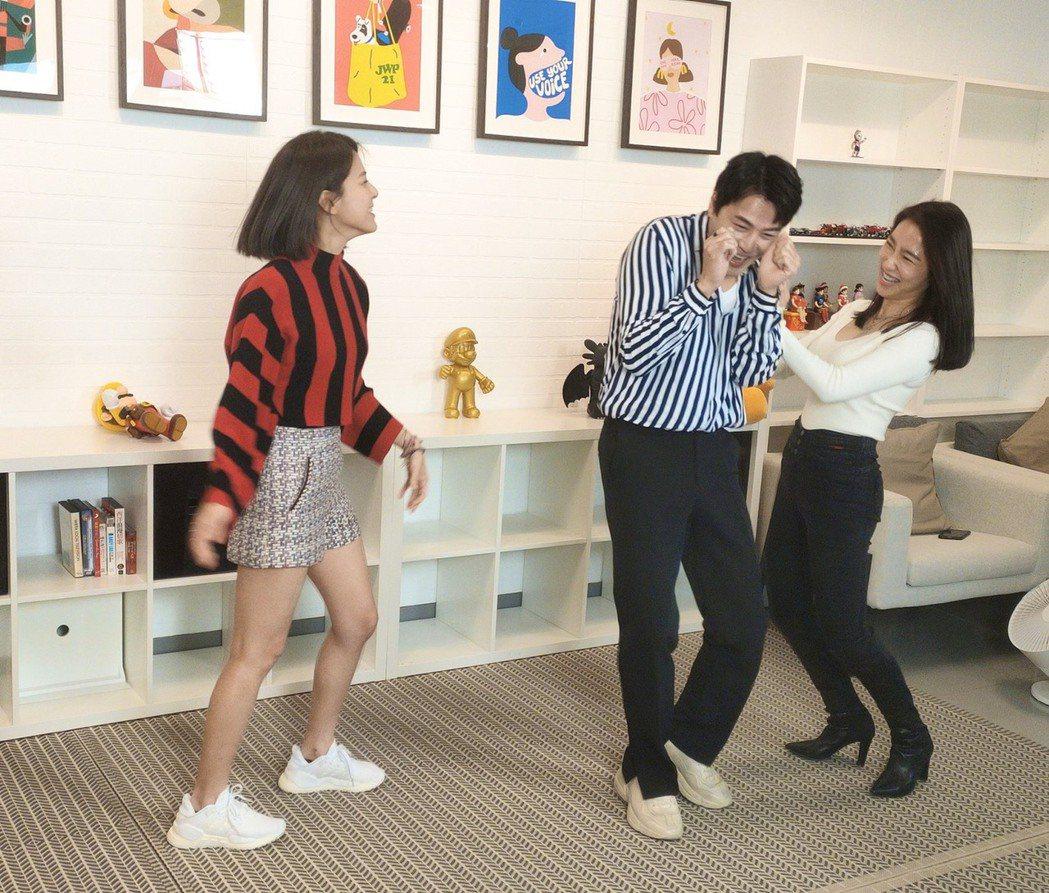 蘇晏霈(左起)重現打巴掌戲碼,黃文星、張家瑋笑歪。圖/民視提供