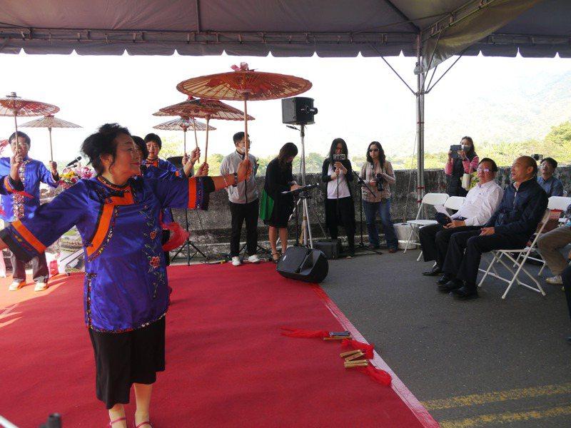 高雄市長韓國瑜(右一)今早參加美濃西門大橋道路拓寬祈福典禮,希望透過戲劇拍攝帶動東九區觀光。記者徐白櫻/攝影