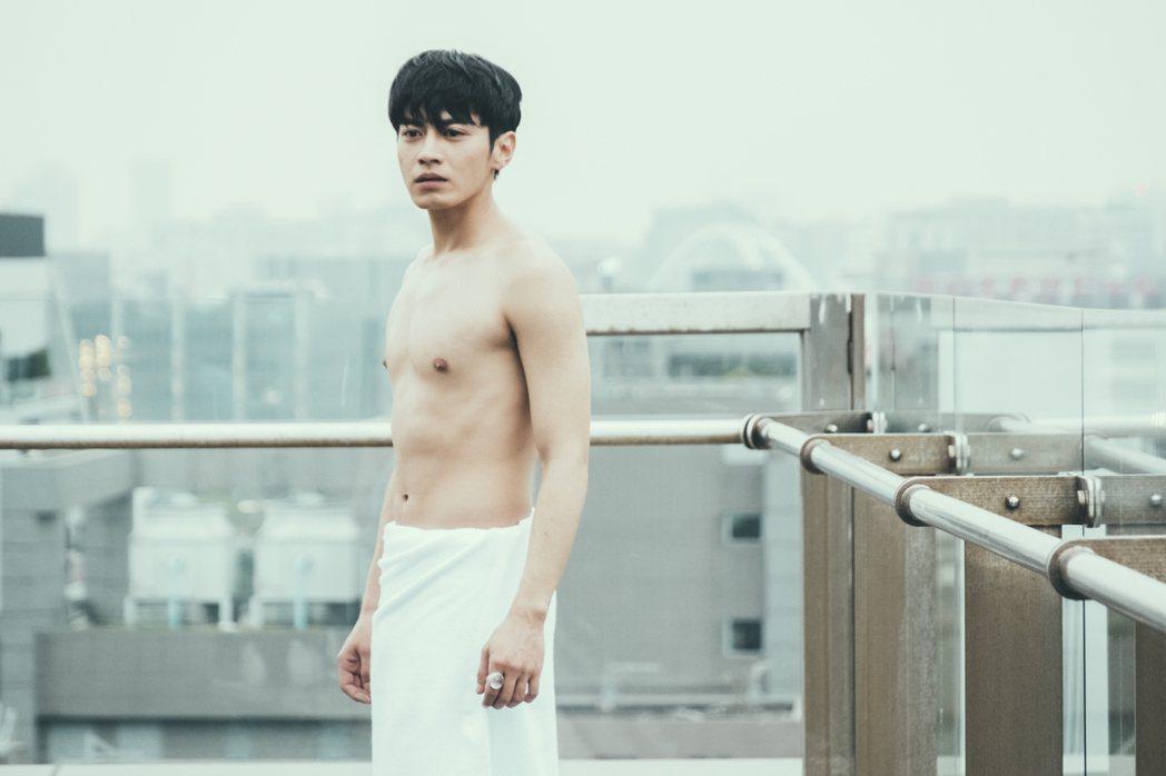 宋柏緯在「墜愛」戲中被發現裸身,一臉尷尬。圖/歐銻銻娛樂提供