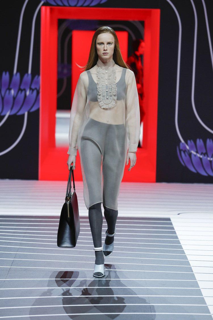 透膚性感的襯衫長裙,結合運動風的輪廓線條。圖/PRADA提供