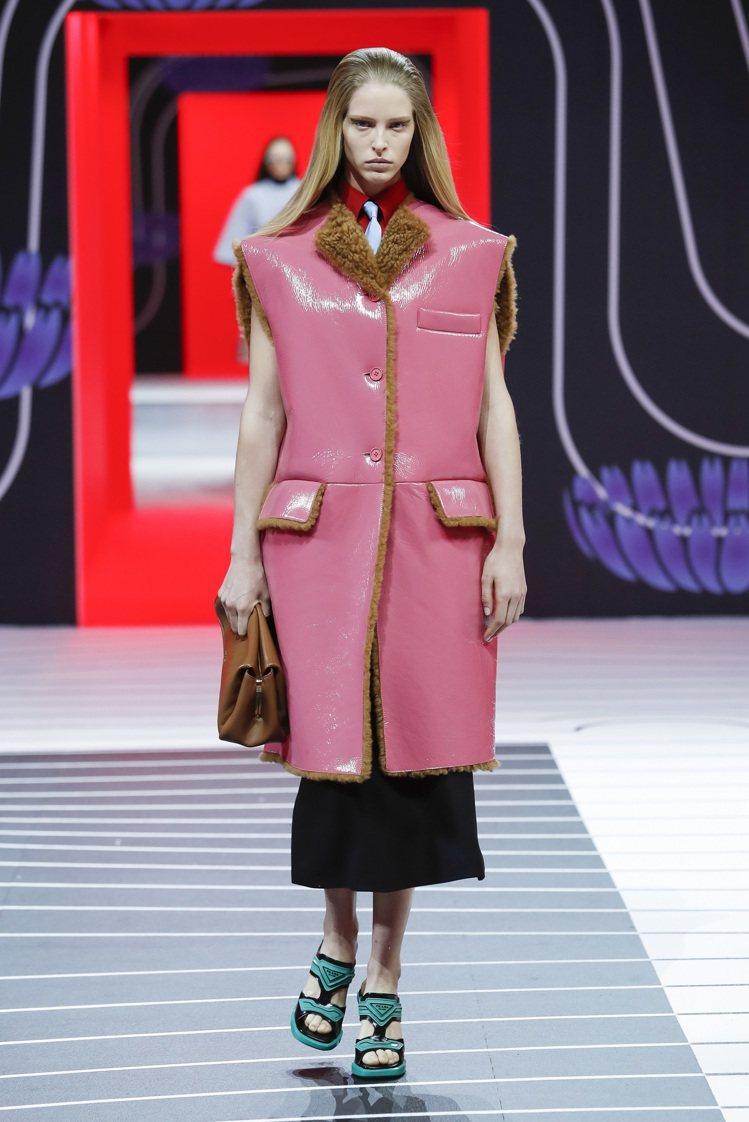 大墊肩的尼龍外套搭配皮革鉛筆裙,展現女性本質上的權威。圖/PRADA提供