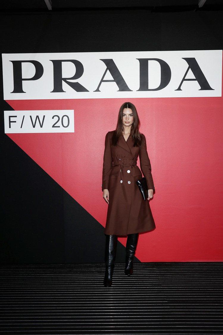 美國模特 Emily Ratajkowski出席PRADA大秀。圖/PRADA提...