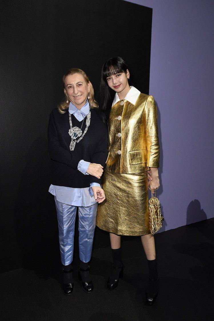 創意總監Miuccia Prada(左)與BLACKPINK團員Lisa合影。圖...