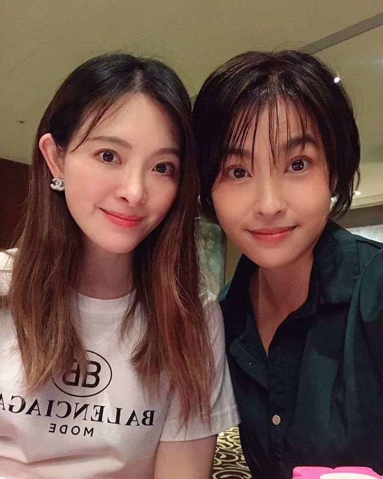小嫻(右)曾跟劉真合作數月的舞台劇「臺灣舞孃」,感受到她的貼心和親和。圖/小嫻提...