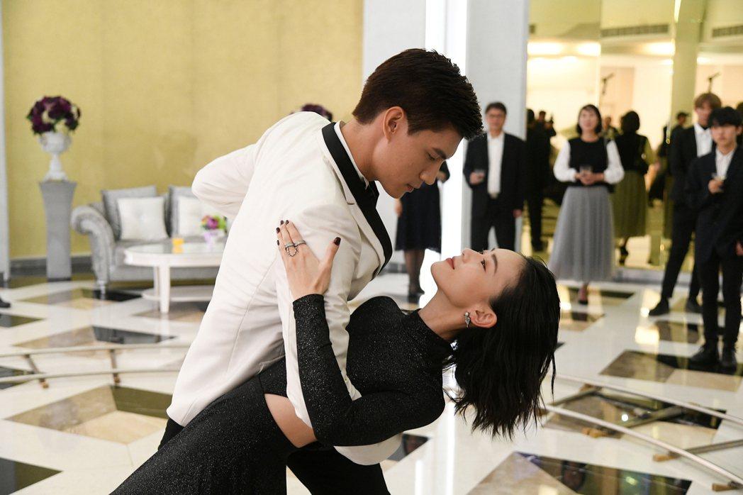 鍾瑶(右)和羅宏正演出「跟鯊魚接吻」 圖/三立提供