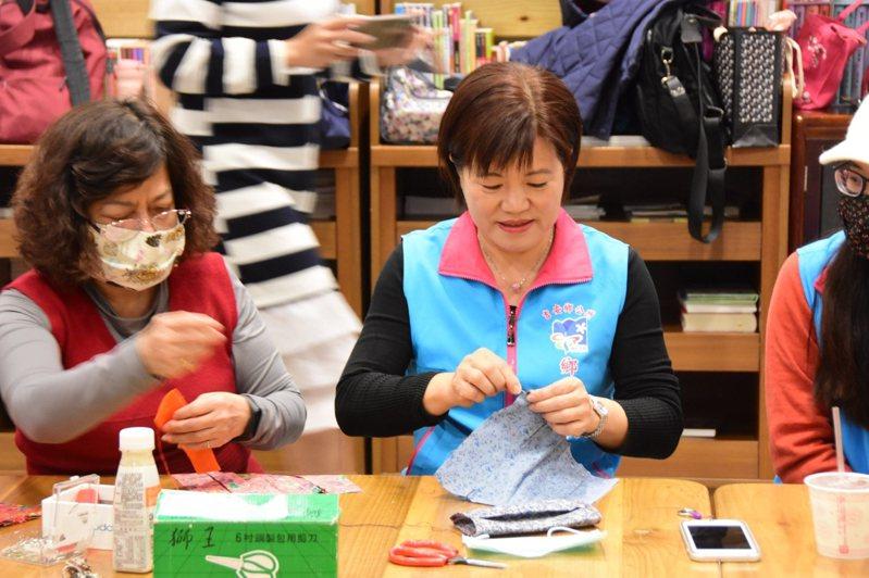 花蓮縣吉安鄉長游淑貞(右)今天也加入縫製口罩套行列。圖/吉安鄉公所提供