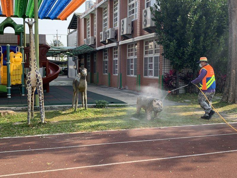 台南市環保局今天下午完成全市高中職以下學校的校內外消毒。記者鄭惠仁/攝影