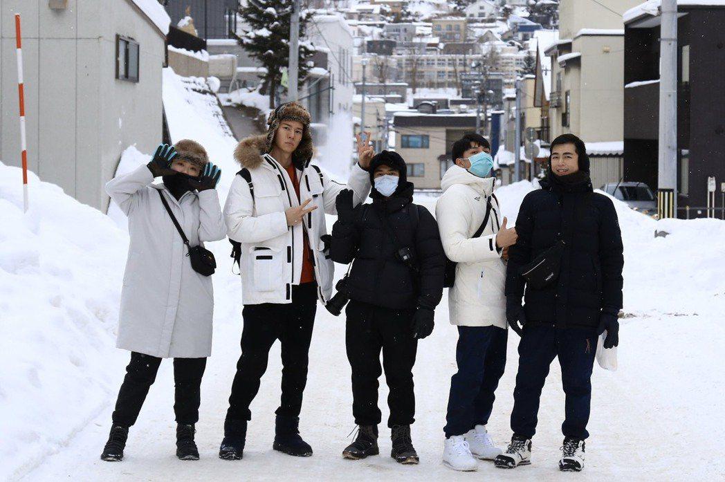 吳珝陽(左二)日前和友人到北海道旅遊。圖/伊林提供