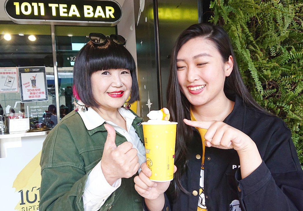 大百合(左)和名模女兒宋翊萱受邀擔任人氣飲品宣導大使。圖/1011 SIP Te