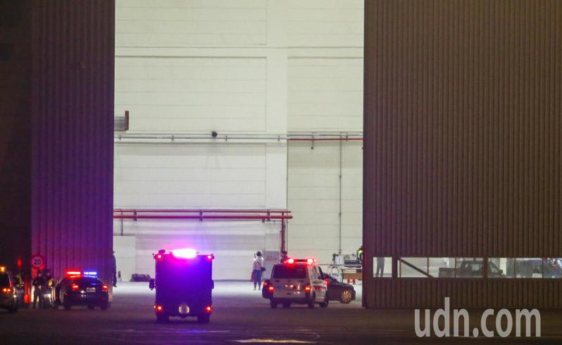 從日本帶回鑽石公主號我國旅客的華航包機,已於晚上7點46分從羽田機場起飛,預計晚上9點45分抵達桃園機場,多輛救護等工作車輛已陸續進入台飛維修廠棚内。記者鄭超文/攝影