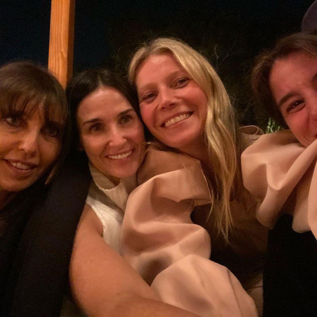 葛妮絲派楚(右二)和黛咪摩兒(左二)幾乎不化妝出席派對。圖/摘自Instagra...