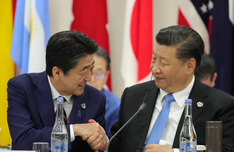 日本首相安倍晉三深怕破壞努力多年才與大陸建立起的關係,在新冠肺炎議題上總是小心應對。  路透