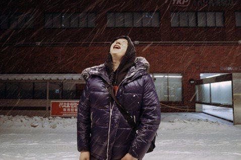 金曲歌王蕭煌奇日前帶家人到北海道度假,他開心表示:「在雪國玩雪,是我從去年就已經開始期待的行程。」但有鑑於日本近期頻傳新冠肺炎確診疫情,期間親友頻傳疫情進展與關心簡訊給他,讓他每天手機都震不停,蕭煌...