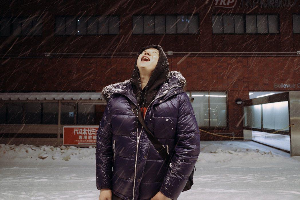 蕭煌奇日前帶家人去北海道度假,在札幌作勢吃天空飄落的雪花。圖/好莉嗨文創提供