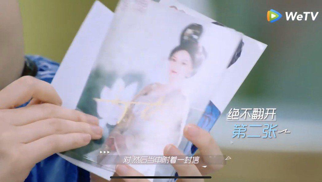 戚薇秀出鄭爽帶來的照片,赫然發現夾著前男友照片。圖/翻攝youtube、WeTV