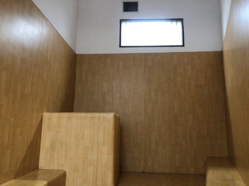 桃檢拘留室中,有2間「負壓隔離室」,上方排氣窗獨立通風,讓有傳染病疑慮被告隔離。記者曾健祐/攝影