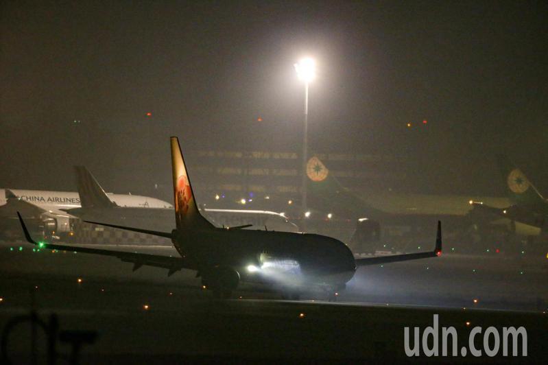 搭載鑽石公主上我國旅客的華航包機晚上抵達桃園機場,飛機緩緩的駛過桃園機場的國旗前,20名旅客終於抵達台灣。記者鄭超文/攝影