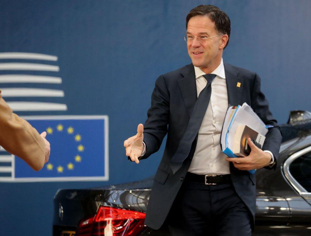 呂特20日抵達歐盟峰會現場時,手中抱著的資料就有一本書。法新社