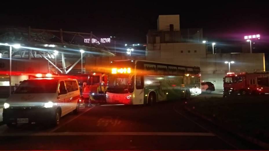 基隆市一輛國光客運今晚在基隆火車站北站外輾死一名男子,員警到場採證,調查肇事責任。記者邱瑞杰/翻攝