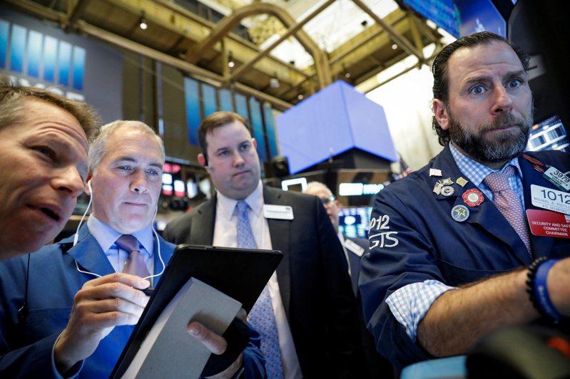 新冠肺炎確診病例數躍增,全球經濟成長降溫疑慮再起,美股道瓊指數21日盤初應聲大跌逾250點。  路透