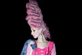 米蘭時裝周/穿機車夾克的瑪麗安東尼皇后 MOSCHINO《凡爾賽玫瑰》好瘋