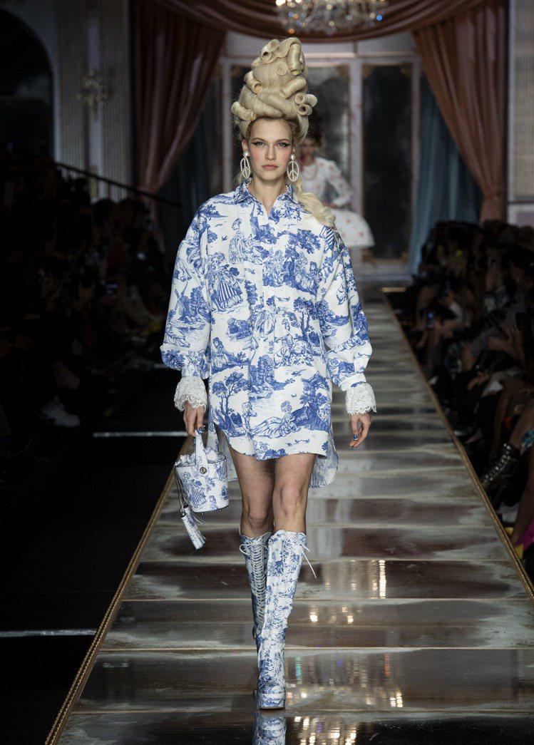 青瓷藍色勾勒出的漫畫人物,讓服裝細節顯得有趣,手上的香檳筒造型提包相當俏皮。圖/...