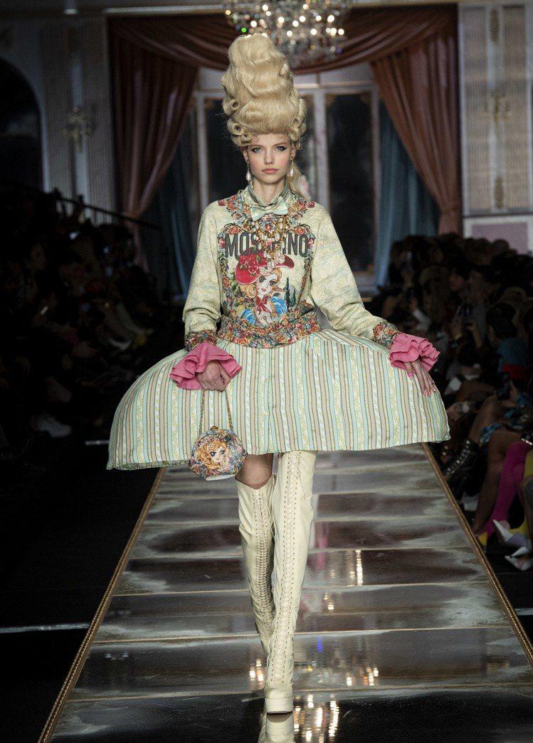 鯨骨裙撐結合「凡爾賽玫瑰」的漫畫人物,連提包都相當浮誇。圖/MOSCHINO提供