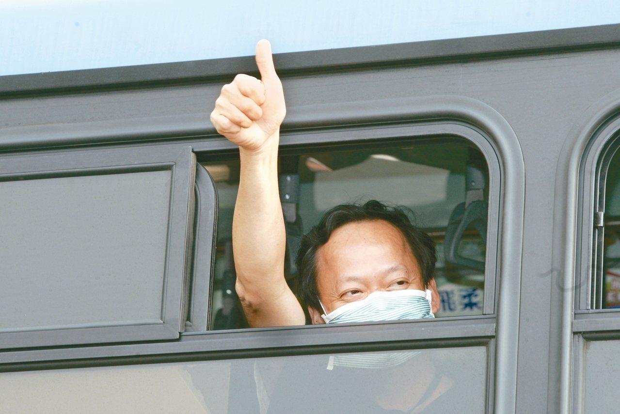 葉金川擔任北市衛生局長時進入和平醫院指揮,豎起大拇指安定人心。圖/聯合報系資料照...