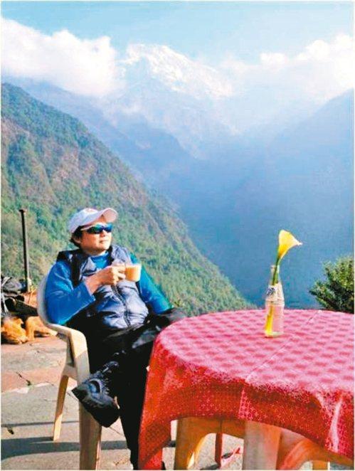 葉金川在尼泊爾的安納普納基地營享受優閒喝咖啡的時光。圖/林澄貴提供