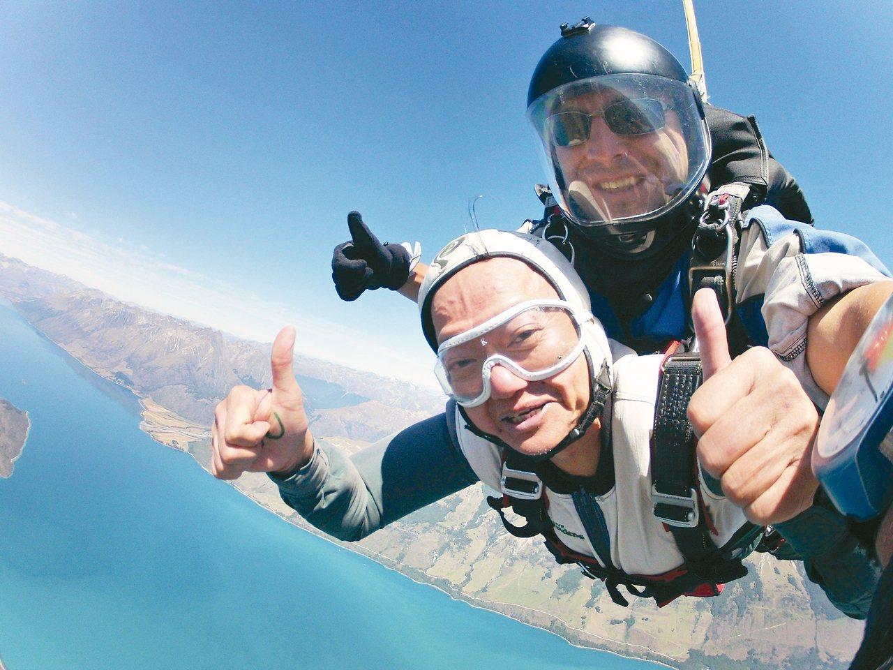 葉金川體驗高空跳傘,在高空上留下他愛玩、敢玩的足跡。圖/董氏基金會提供