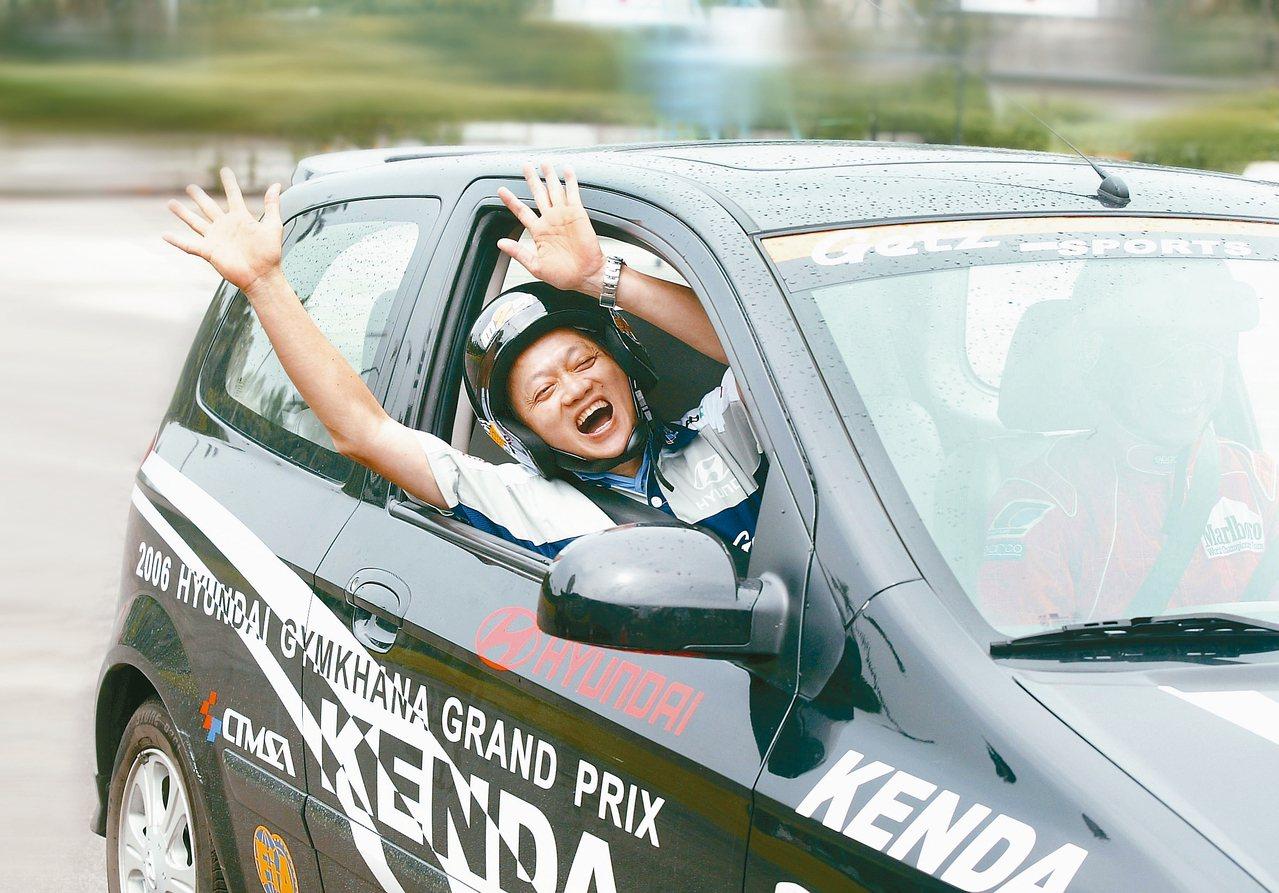 葉老大雖不玩車,但還是玩心不減來一場賽車體驗。圖╱聯合報系資料照片