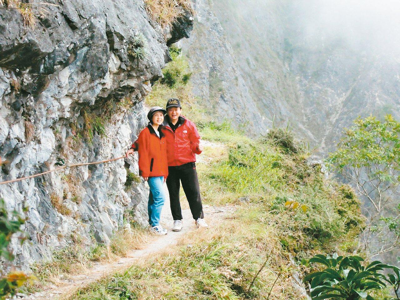 太太張媚(左)是葉金川的最佳夥伴,常相伴健走、玩樂。圖/葉金川提供